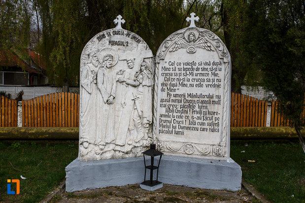 mesaj-religios-de-la-cimitirul-eroilor-busturile-lui-decebal-si-traian-din-lupeni-judetul-hunedoara.jpg