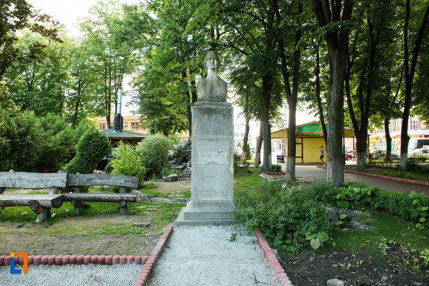 mihai-eminescu-gradina-publica-sau-parcul-central-din-tecuci-judetul-galati.jpg