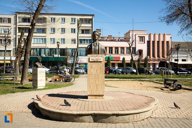 mihai-eminescu-grupul-statuar-din-fata-casei-de-cultura-a-studentilor-din-alba-iulia-judetul-alba.jpg