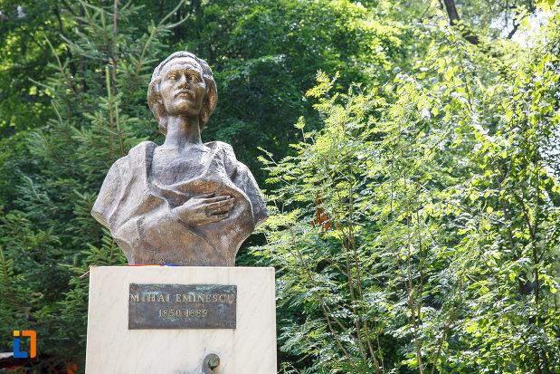mihai-eminescu-grupul-statuar-din-vatra-dornei-judetul-suceava.jpg