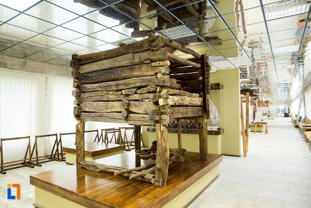 moara-de-apa-din-muzeul-regiunii-portilor-de-fier-din-drobeta-turnu-severin-judetul-mehedinti-vazuta-din-lateral.jpg