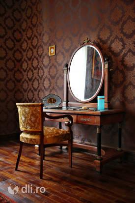 mobilier-cu-oglinda-din-castelul-karolyi-din-carei.jpg