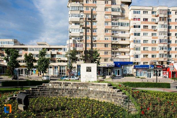 monument-comemorativ-doina-si-ion-aldea-teodorovici-din-pitesti-judetul-arges-plan-indepartat.jpg
