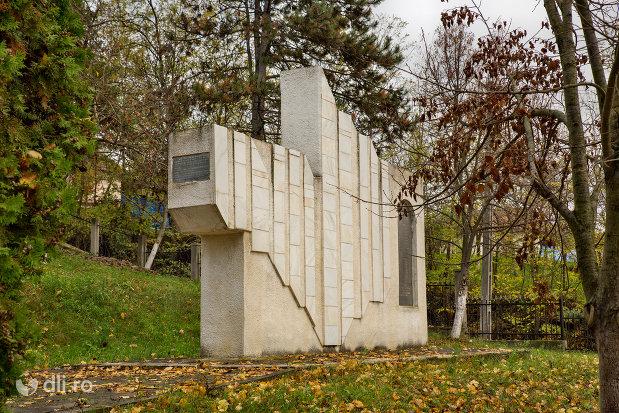 monument-din-parcul-eroilor-din-salajeni-judetul-salaj.jpg