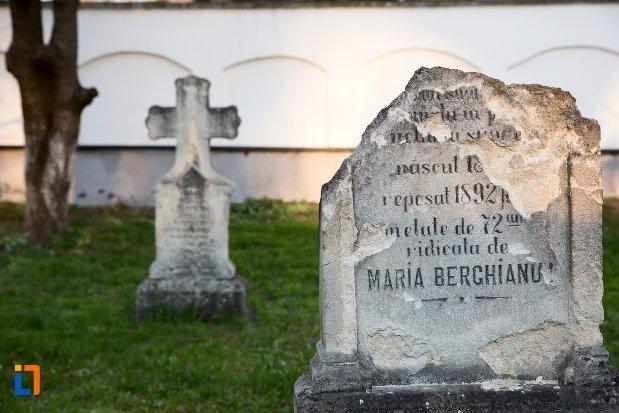monument-funerara-din-cimitirul-bisericii-grecesti-bunavestire-din-alba-iulia-judetul-alba.jpg