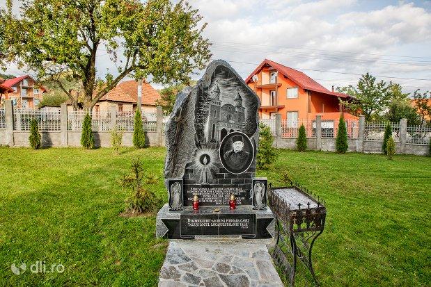 monument-in-curtea-catedralei-ortodoxe-din-calinesti-oas-judetul-satu-mare.jpg