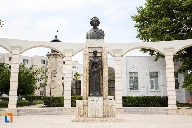 monument-si-statuia-lui-mihai-eminescu-din-constanta-judetul-constanta.jpg