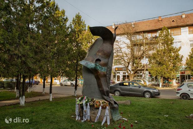 monumentul-comemorativ-al-grupului-anticomunist-condamnat-in-anul-1956-din-valea-lui-mihai-vazut-din-lateral.jpg