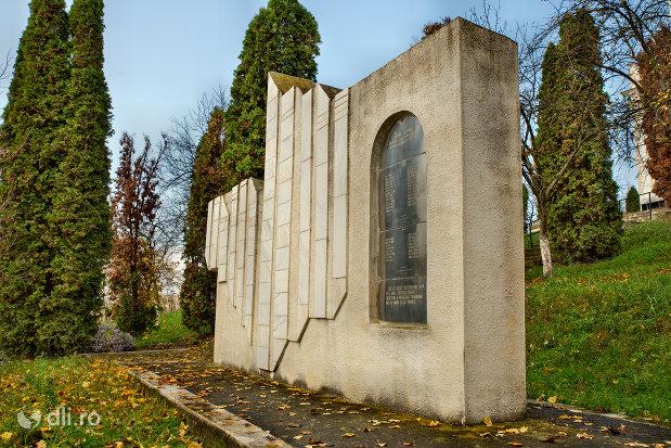 monumentul-din-parcul-eroilor-din-salajeni-judetul-salaj-vazut-din-lateral.jpg