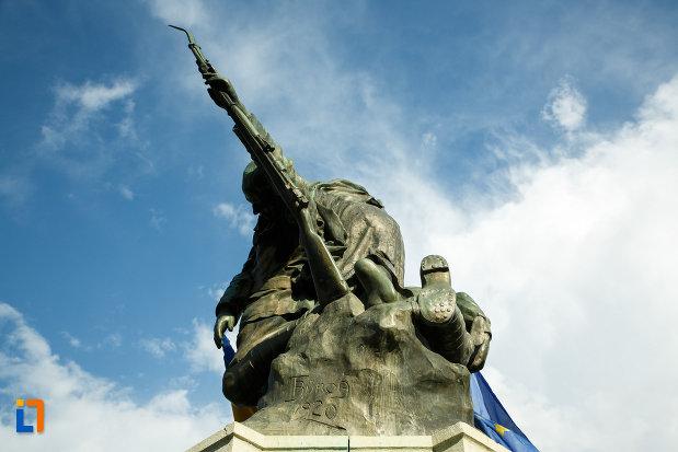 monumentul-eroilor-1916-1918-din-odobesti-vazut-de-jos.jpg