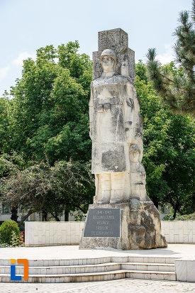 monumentul-eroilor-cazuti-in-cel-de-al-doilea-razboi-mondial-din-alexandria-judetul-teleorman-privit-din-lateral.jpg