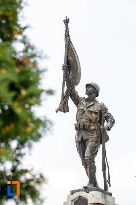 monumentul-eroilor-cazuti-in-primul-razboi-mondial-din-alexandria-judetul-teleorman-soldat-ce-tine-o-arma-si-un-drapel.jpg