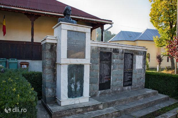 monumentul-eroilor-cazuti-in-razboaiele-mondiale-i-si-ii-din-chiuzbaia-judetul-maramures-vedere-din-lateral.jpg