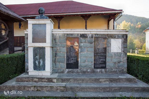 monumentul-eroilor-cazuti-in-razboaiele-mondiale-i-si-ii-din-chiuzbaia-judetul-maramures.jpg