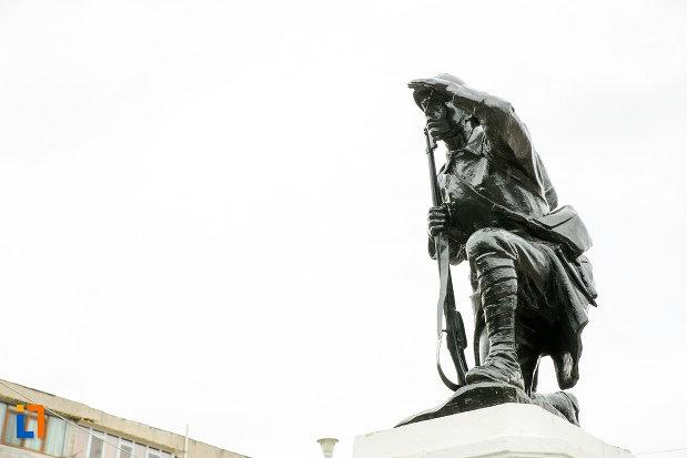 monumentul-eroilor-cazuti-pentru-patrie-din-beresti-judetul-galati-vazut-din-lateral.jpg