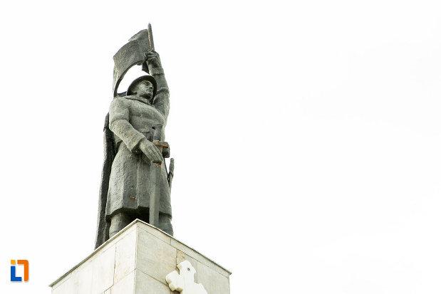 monumentul-eroilor-din-adjud-judetul-vrancea-vazut-de-jos.jpg