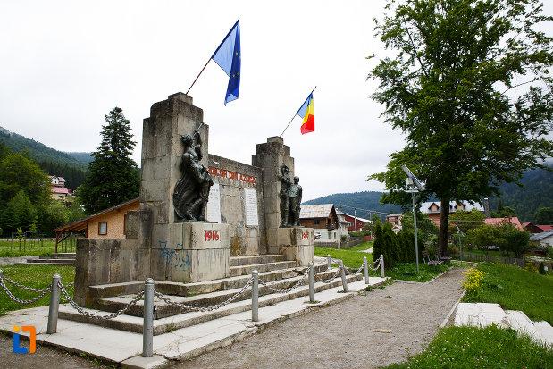 monumentul-eroilor-din-azuga-judetul-prahova-vazut-din-lateral.jpg