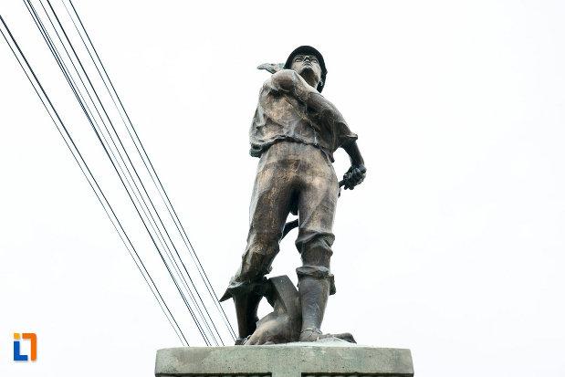 monumentul-eroilor-din-bolintin-vale-judetul-giurgiu-vazut-de-jos.jpg