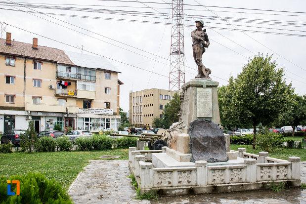 monumentul-eroilor-din-bolintin-vale-judetul-giurgiu-vazut-din-lateral.jpg