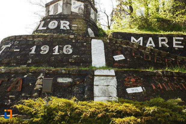 monumentul-eroilor-din-brezoi-judetul-valcea-una-dintre-partile-laterale.jpg