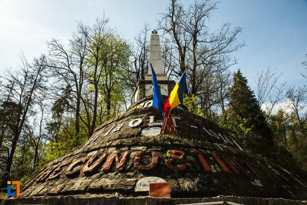 monumentul-eroilor-din-brezoi-judetul-valcea-vazut-de-jos.jpg