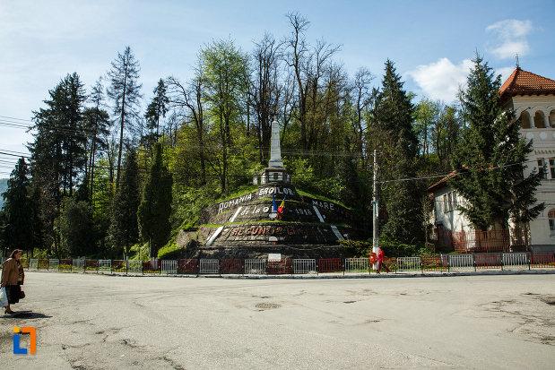 monumentul-eroilor-din-brezoi-judetul-valcea-vazut-de-la-distanta.jpg