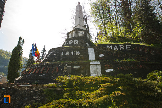 monumentul-eroilor-din-brezoi-judetul-valcea-vazut-din-lateral.jpg