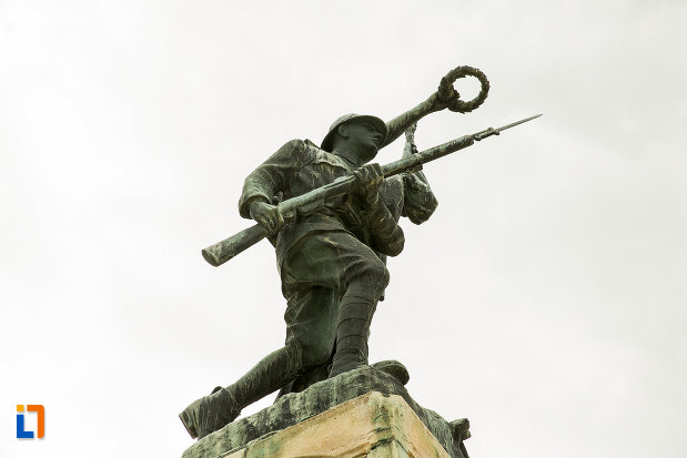 monumentul-eroilor-din-caracal-judetul-olt-fotografiat-de-jos.jpg