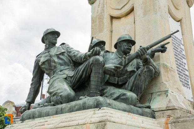 monumentul-eroilor-din-caracal-judetul-olt-statui-cu-luptatori-inarmati.jpg