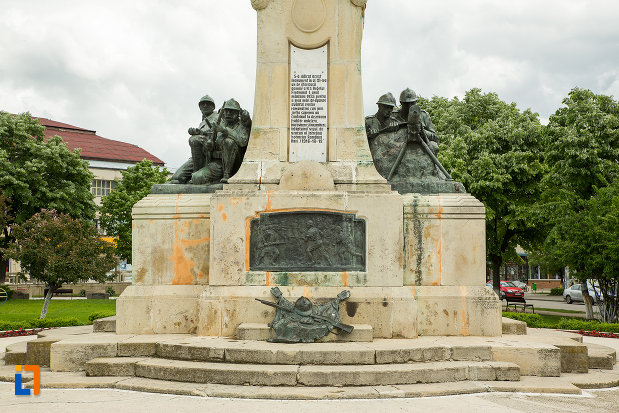 monumentul-eroilor-din-caracal-judetul-olt-vazut-din-fata.jpg