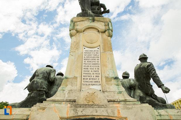 monumentul-eroilor-din-caracal-judetul-olt-vazut-din-spate.jpg