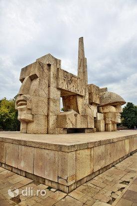 monumentul-eroilor-din-carei-judetul-satu-mare-vedere-din-stanga-si-fata.jpg