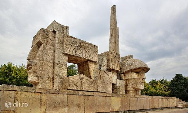 monumentul-eroilor-din-carei-judetul-satu-mare-vedere-laterala.jpg