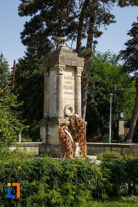 monumentul-eroilor-din-ciacova-judetul-timis-vazut-din-lateral.jpg