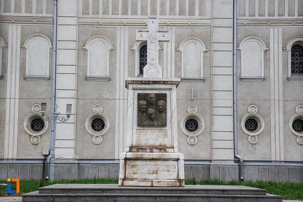 monumentul-eroilor-din-deva-judetul-hunedoara.jpg