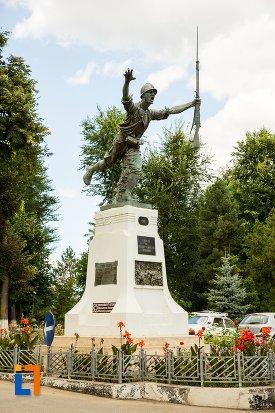 monumentul-eroilor-din-dorohoi-judetul-botosani-vazut-dintr-o-parte.jpg