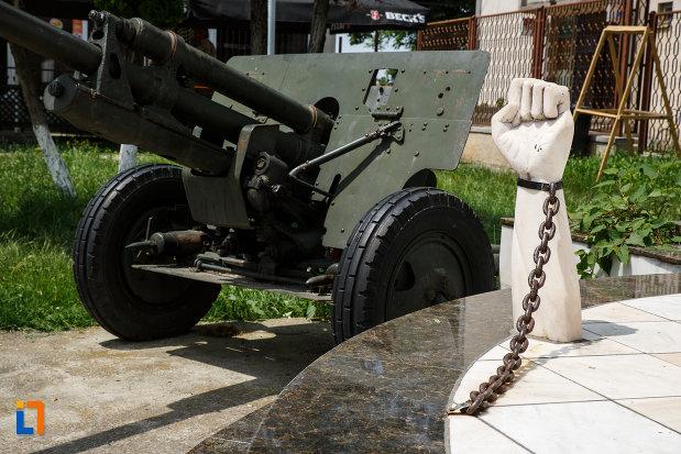 monumentul-eroilor-din-gataia-judetul-timis-masinarie-de-razboi.jpg