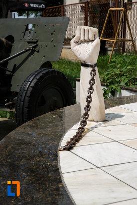 monumentul-eroilor-din-gataia-judetul-timis-pumnul-in-lanturi.jpg