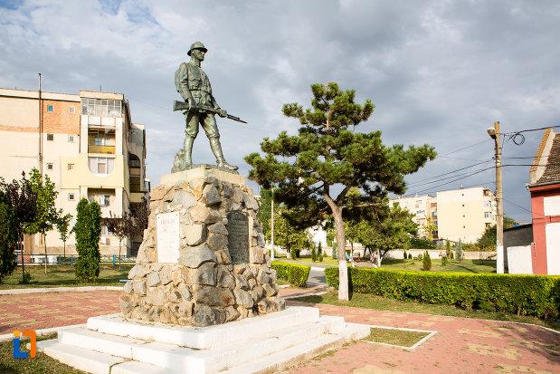 monumentul-eroilor-din-harsova-judetul-constanta-vazut-din-lateral.jpg