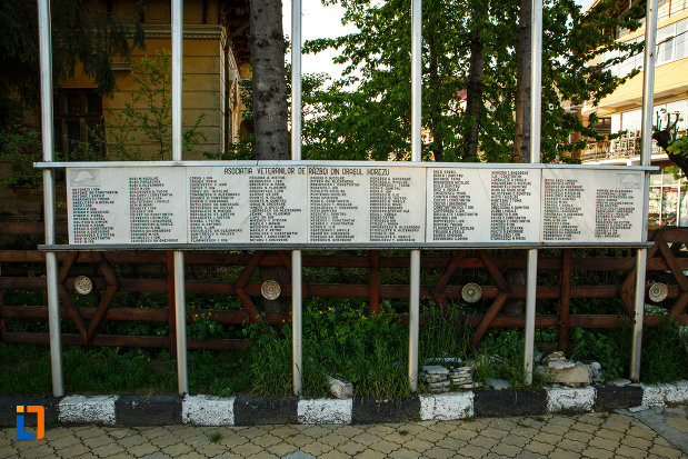 monumentul-eroilor-din-horezu-judetul-valcea-componenta-asociatiei-veteranilor-de-razboi.jpg