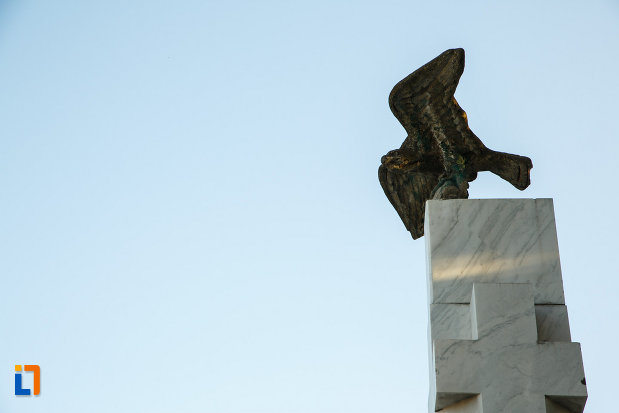 monumentul-eroilor-din-horezu-judetul-valcea-soimul-privit-de-jos.jpg