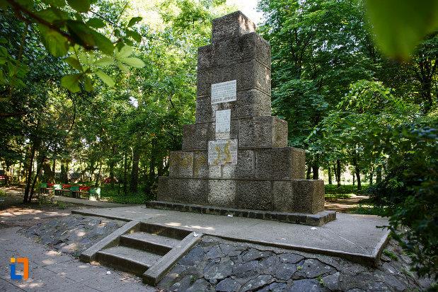 monumentul-eroilor-din-jimbolia-judetul-timis-vazut-din-lateral.jpg