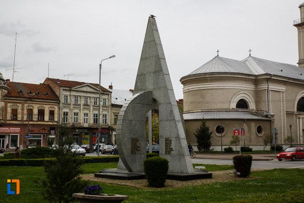 monumentul-eroilor-din-lugoj-judetul-timis-vazut-din-dreapta.jpg