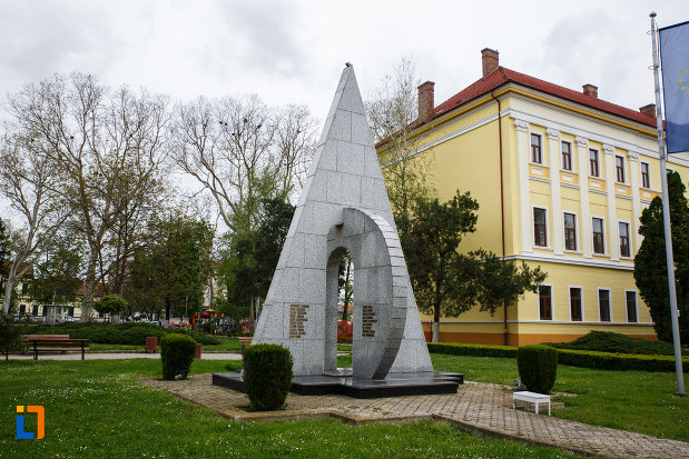 monumentul-eroilor-din-lugoj-judetul-timis-vazut-din-stanga.jpg