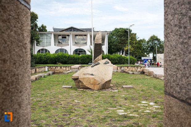 monumentul-eroilor-din-mangalia-judetul-constanta-vazut-din-lateral.jpg