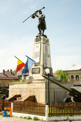 monumentul-eroilor-din-novaci-judetul-gorj-fotografiat-din-lateral.jpg