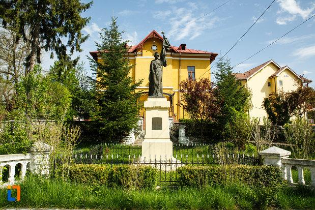 monumentul-eroilor-din-ocnele-mari-judetul-valcea-vazut-de-la-distanta.jpg