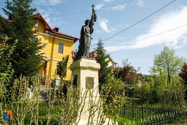 monumentul-eroilor-din-ocnele-mari-judetul-valcea-vazut-din-lateral.jpg