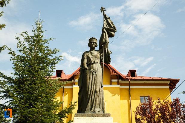 monumentul-eroilor-din-ocnele-mari-judetul-valcea-vazut-in-prim-plan.jpg