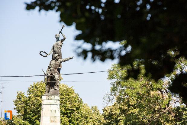 monumentul-eroilor-din-oltenita-judetul-calarasi-vazut-din-lateral.jpg